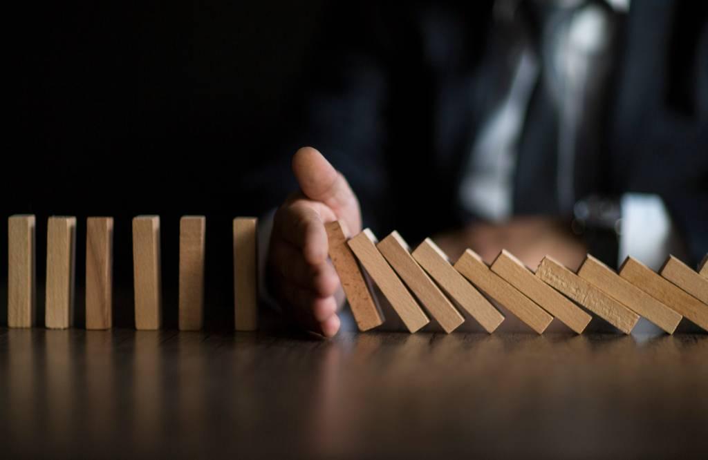 Efeito dominó, negócios, pequenas empresas com dificuldade, quebradeira, falência